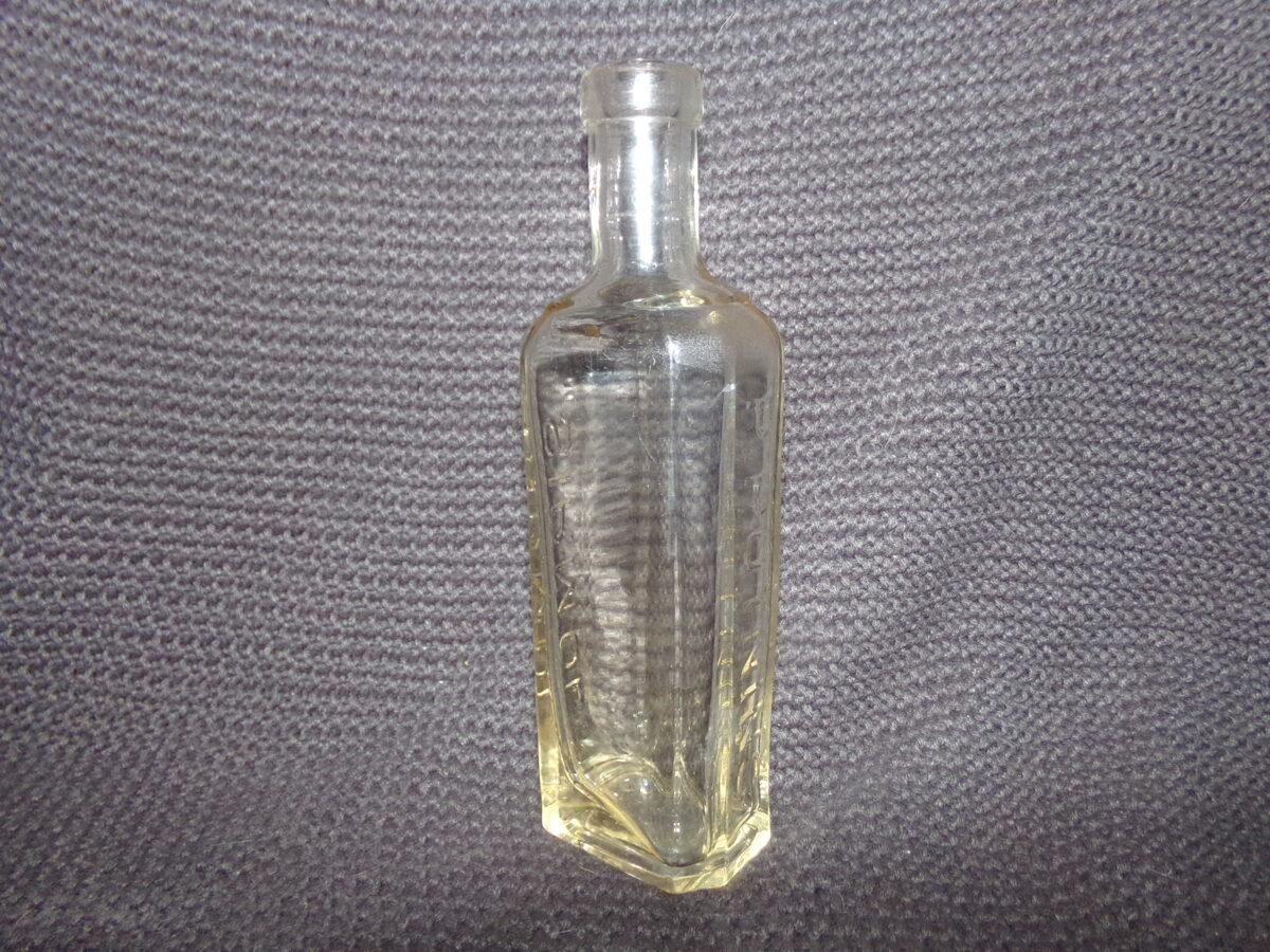 """Стеклянная бутылка с надписью на латышском языке  П. Путниньш  """"Сирмол"""""""