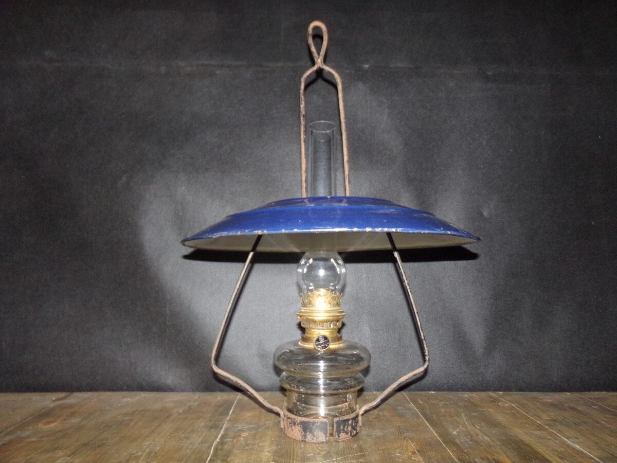 Petrolejas lampa ar atstarotāju