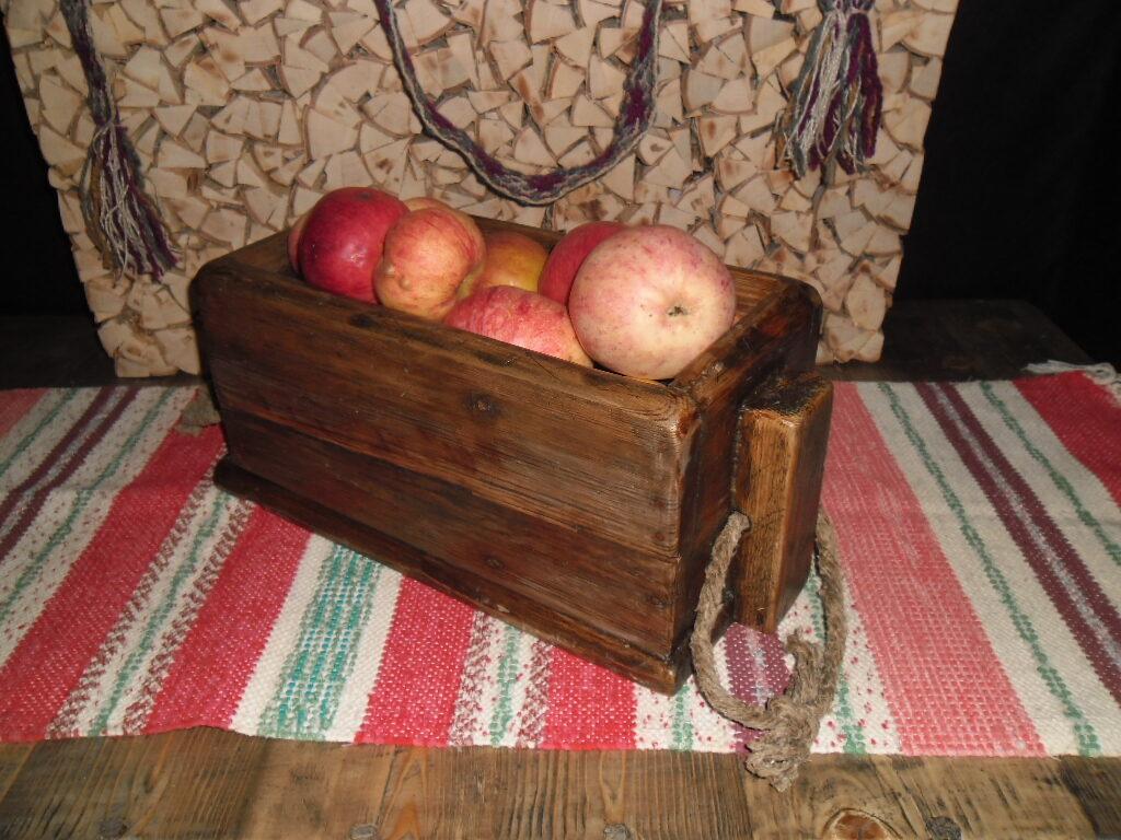 Деревянный ящичек для кухонных мелочей.