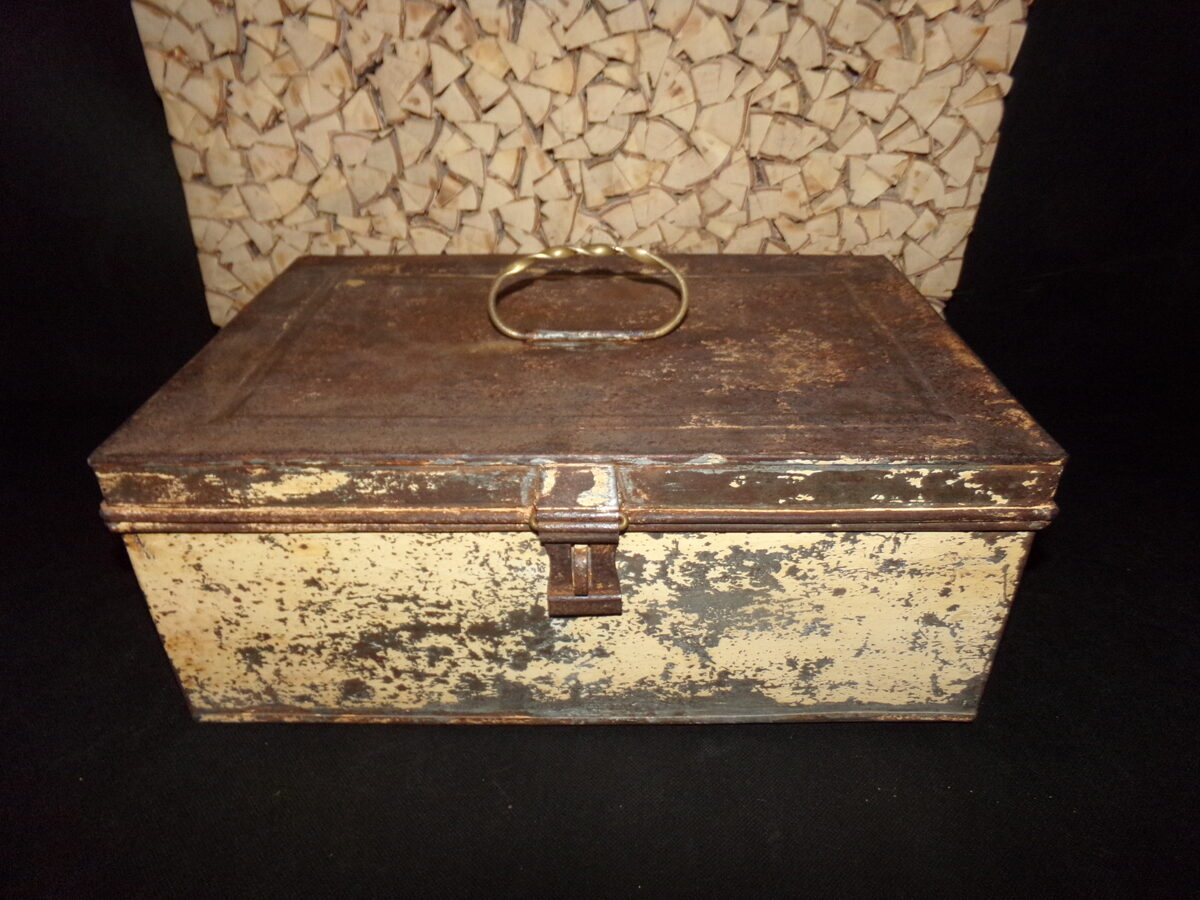 WW1  Санитарный ящик из жести с бронзовой ручкой.