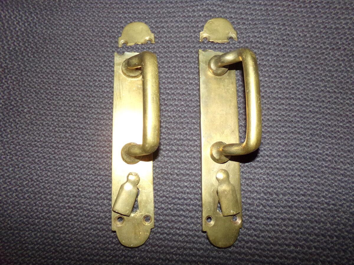 Пара бронзовых дверных ручек с отломанными элементами.