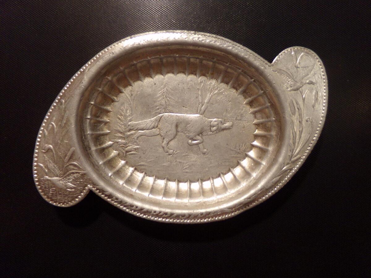 Алюминиевая тарелка с рисунком на тему охоты. СССР. Середина 20 века.