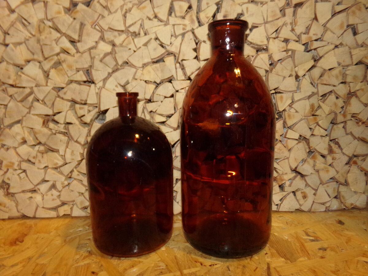 Две бутылки из красного стекла.