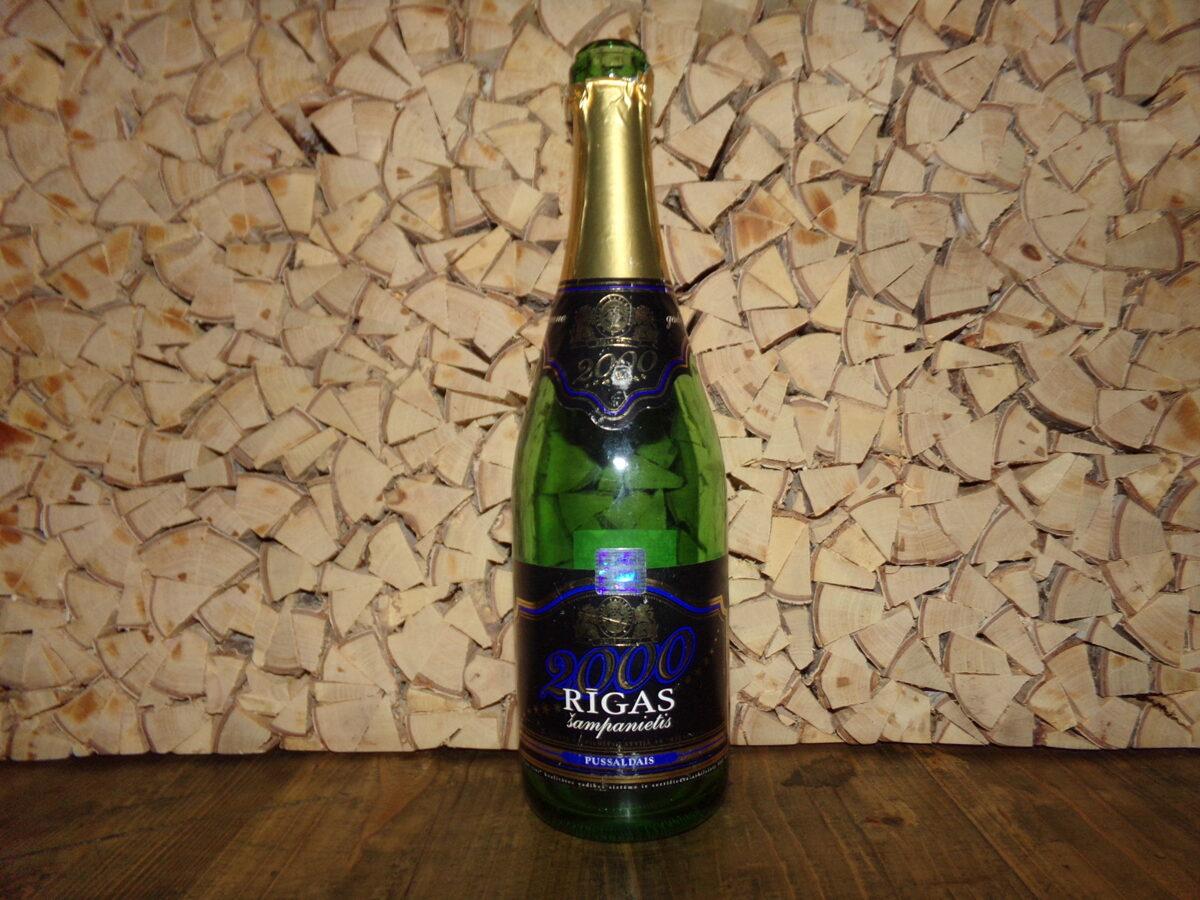 Бутылка из под рижского шампанского. Выпущена к 2000 году.
