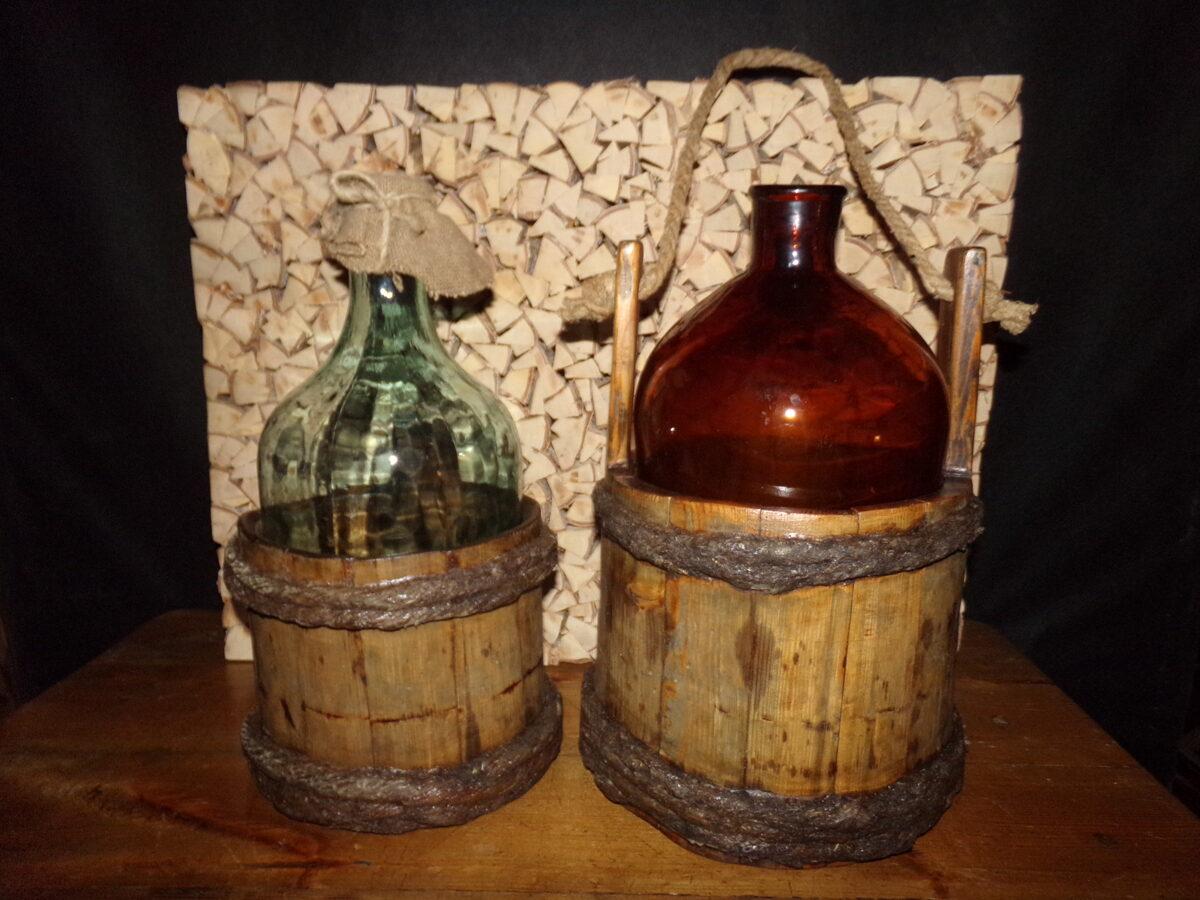 Два ведра с бутылками.