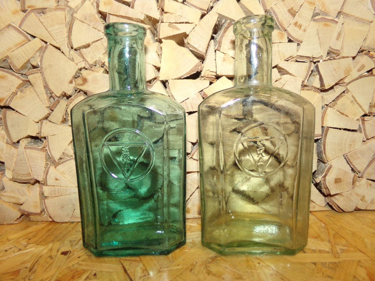 Две стеклянные бутылки с буквами  SKA