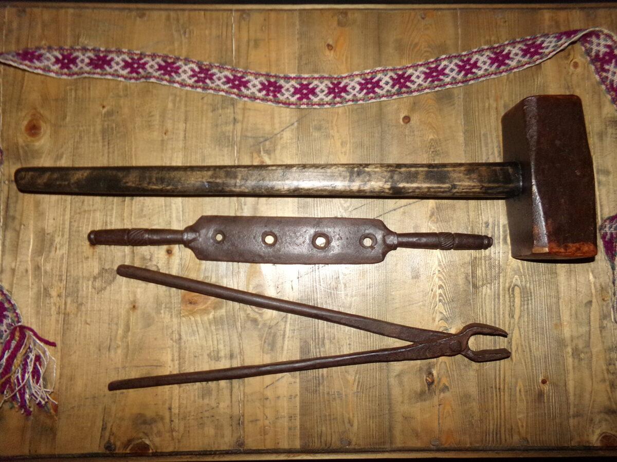 Старинный кузнечный инструмент.