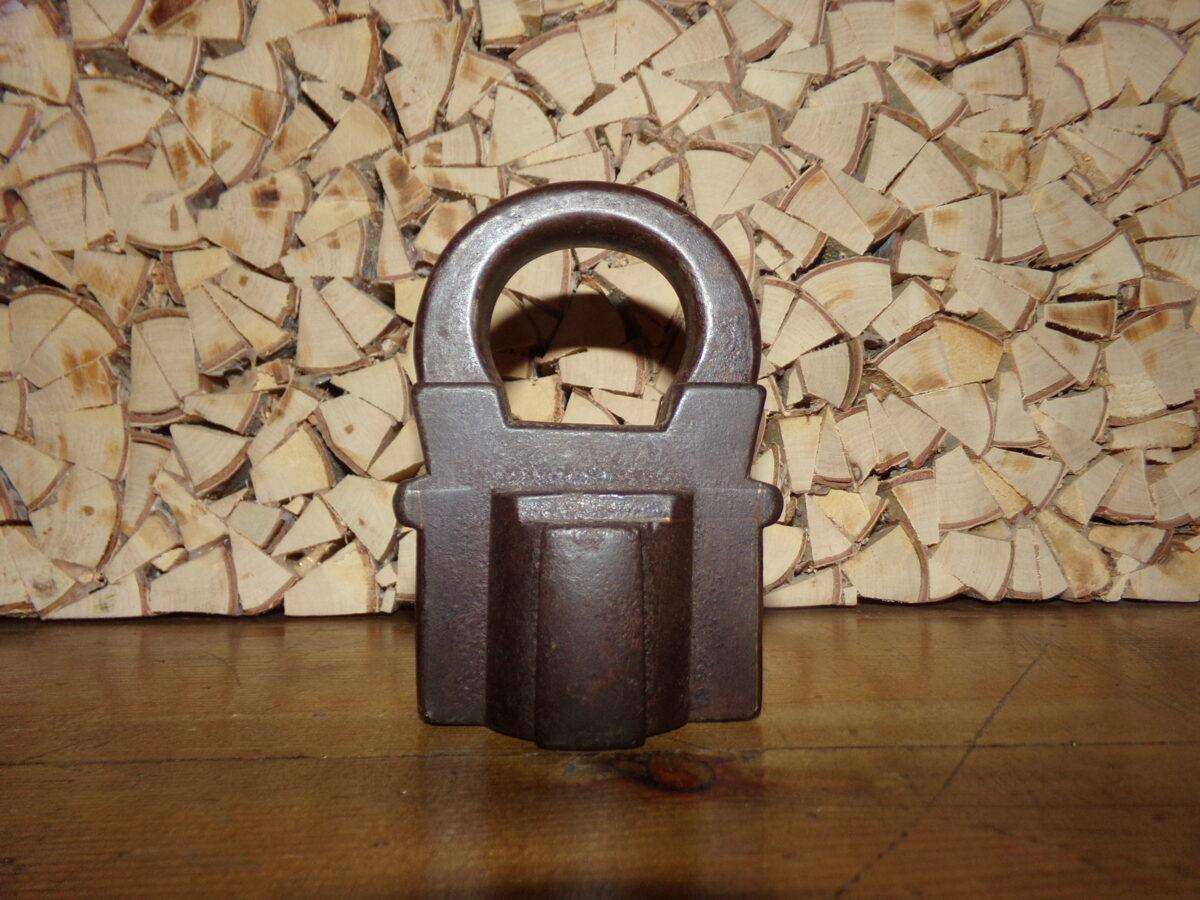 Старинный навесной замок для любого ключа.
