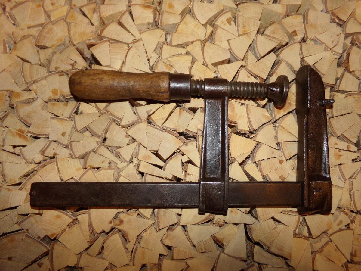 Струбцина с деревянной ручкой.