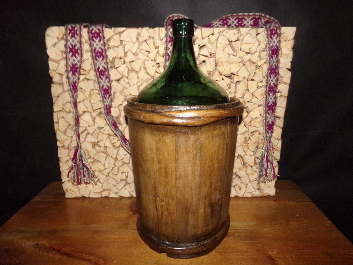 Stikla pudele koka traukā
