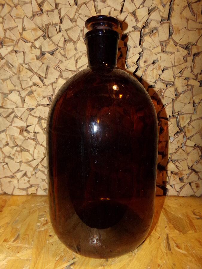Бутыль с пробкой из темного стекла. Объем 5 литров.