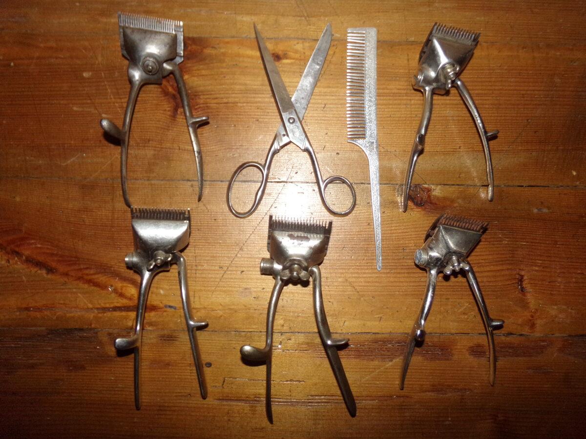 Piecas rokas mašinas matu griešanai.