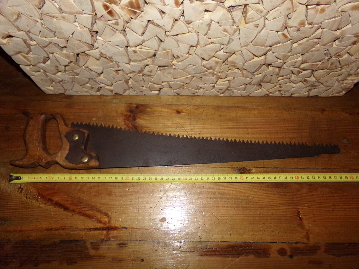 Старинная пила-ножовка.