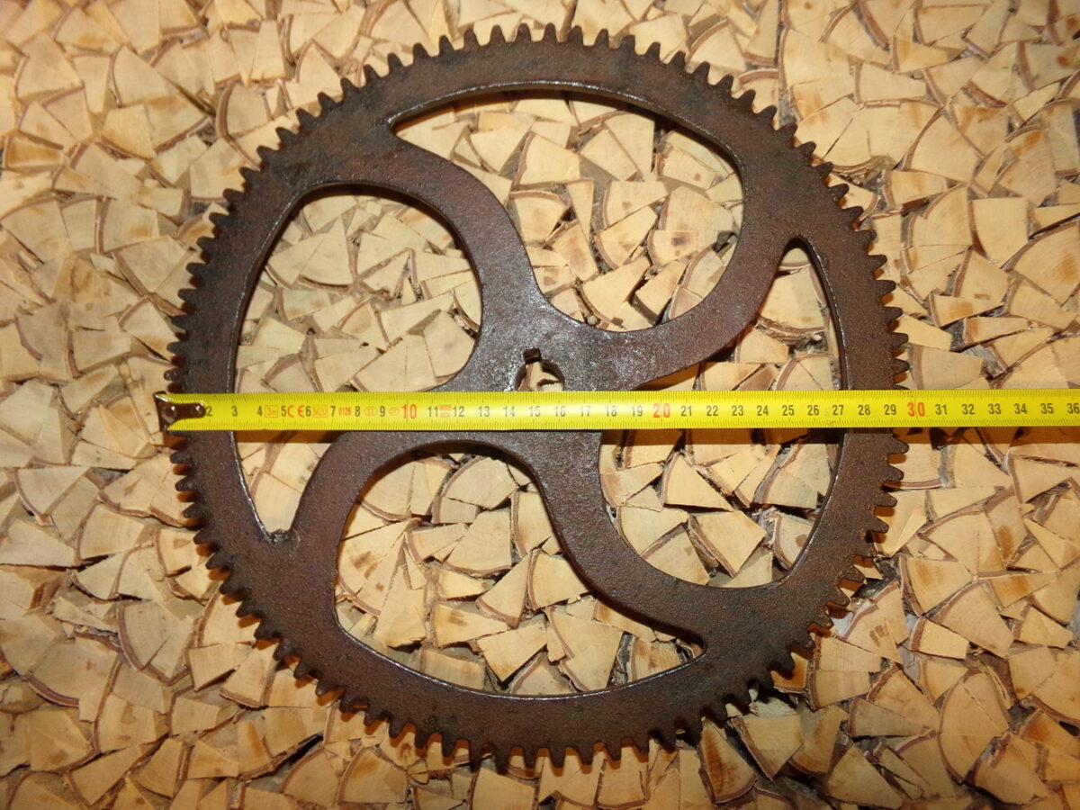 Зубчатое железное колесо. Диаметр 30 см.