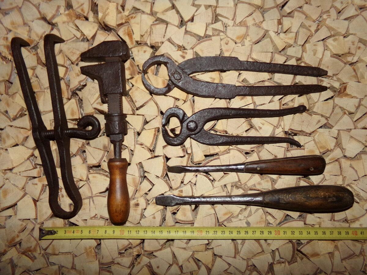 Seši instrumenti no metāla.