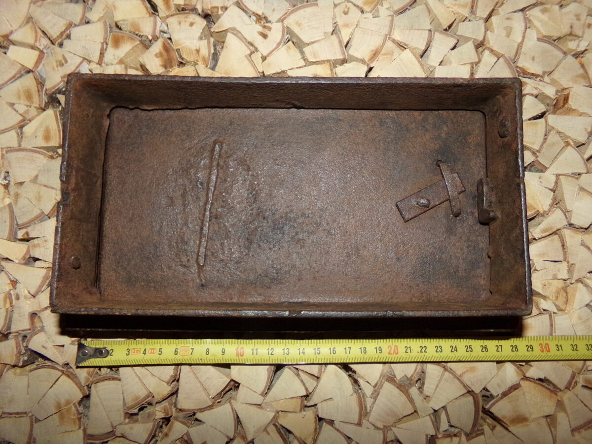 №1. Печная дверца с изображением паровоза Черепановых.