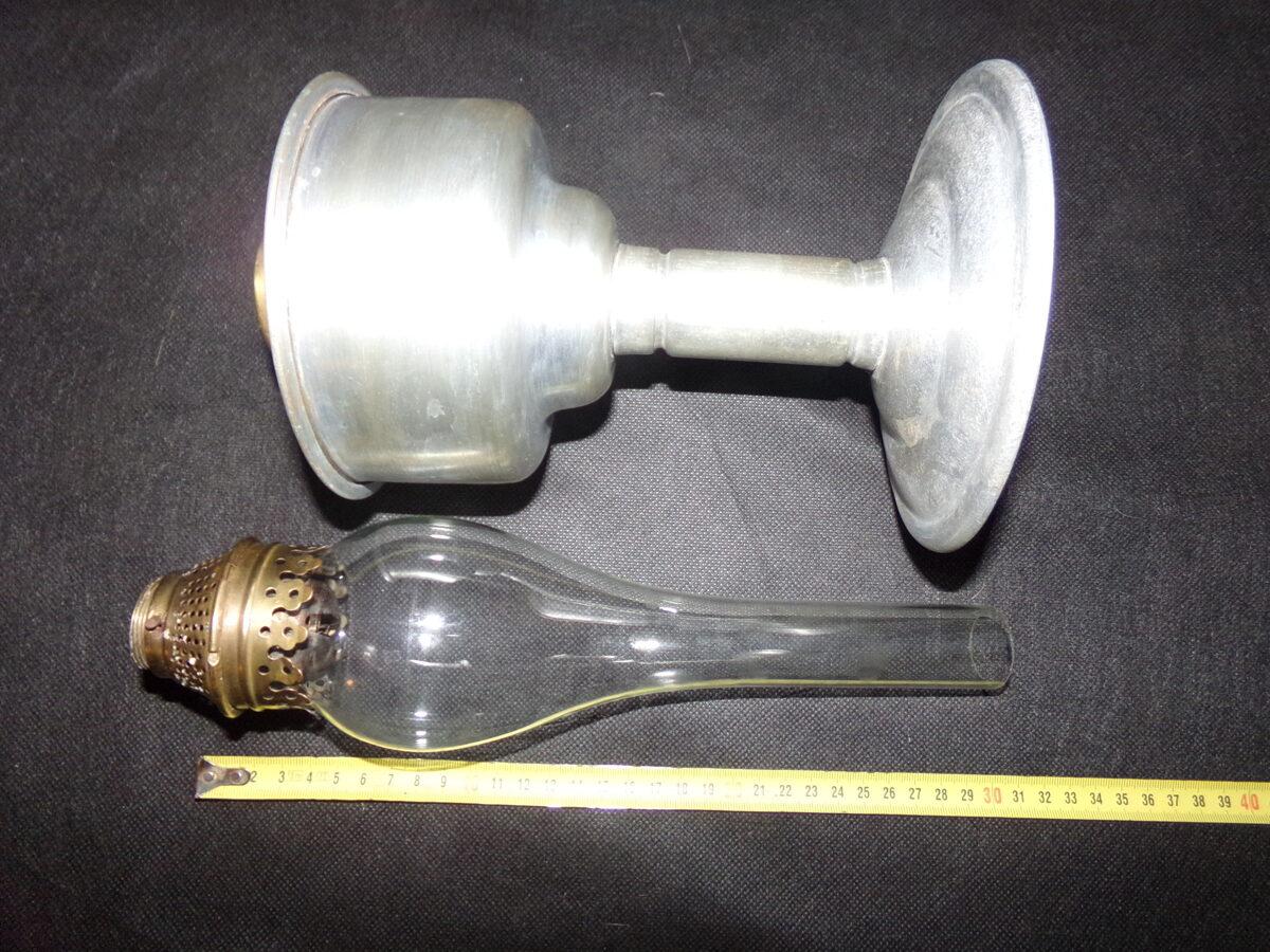 Керосиновая лампа в алюминиевой подставке.