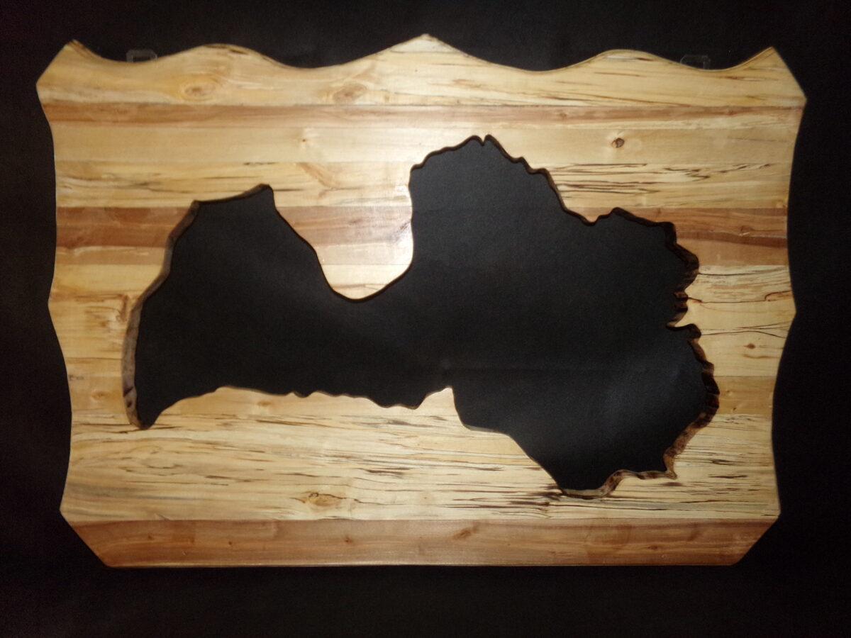 Latvijas kontūra. Izgriezta koka panelī.