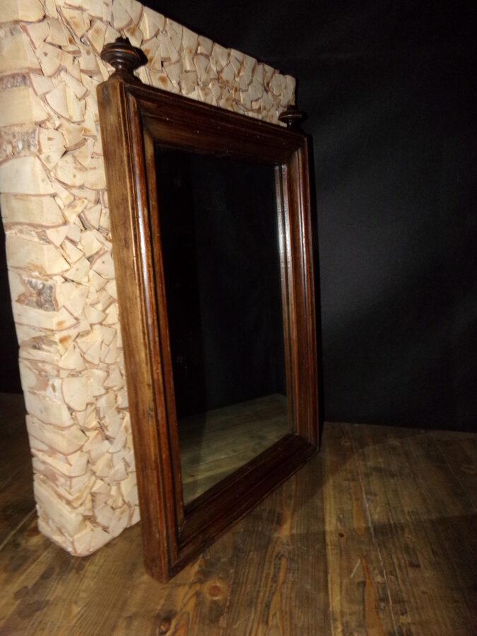 Старинное зеркало в деревянной раме.