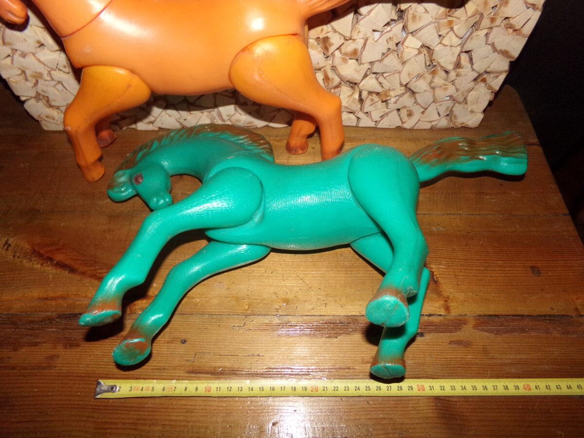 Divi plastmasas zirgi. PSRS.