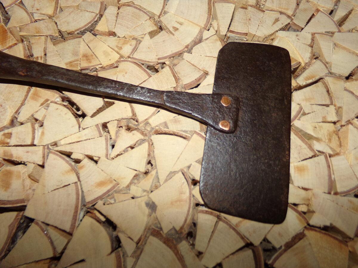 Скребок из кованного железа на деревянной ручке.