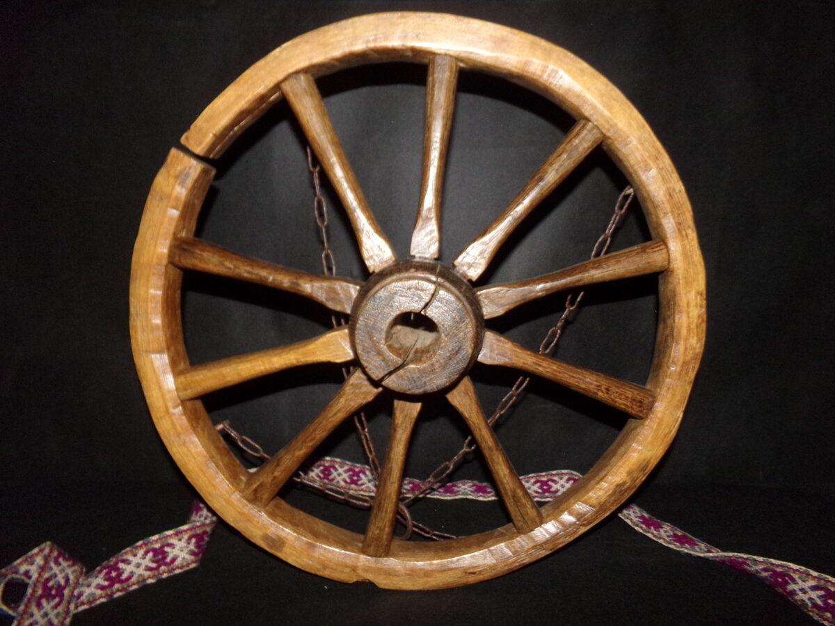 Дубовое колесо люстра. Диаметр 54 см.