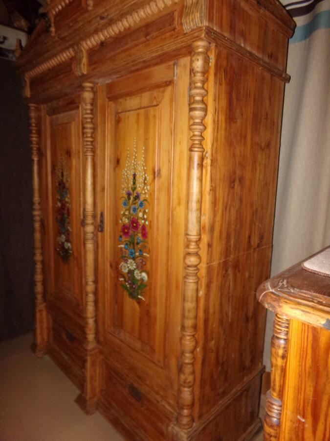 Большой резной шкаф с росписью. Восточная Латвия. 1934 год.