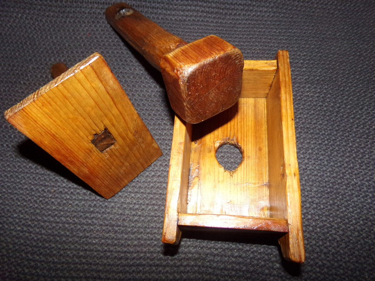 Деревянная форма и пест для формовки масла.