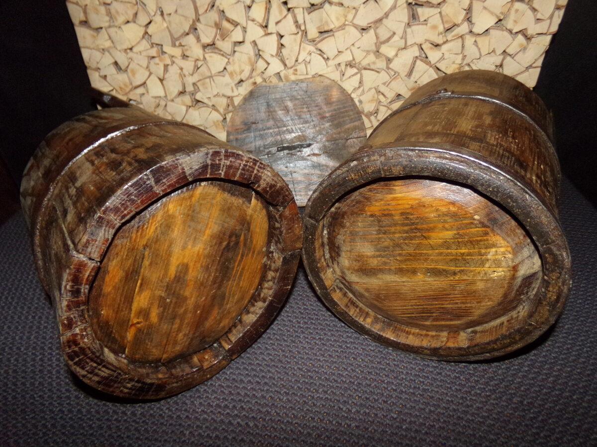 Две деревянных посудинки .