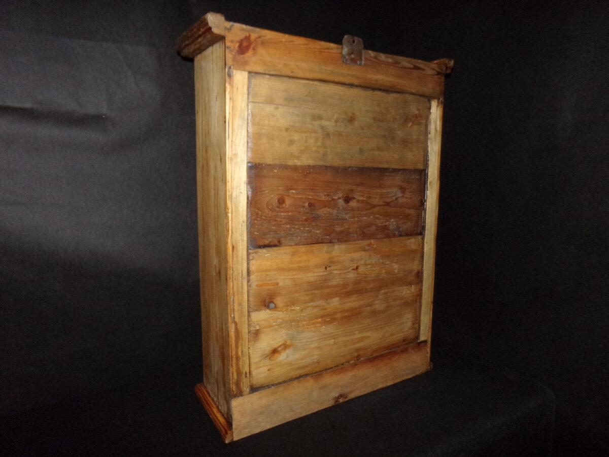 Настенный шкафчик с двумя дверцами. Восточная Латвия. Начало 20 века.