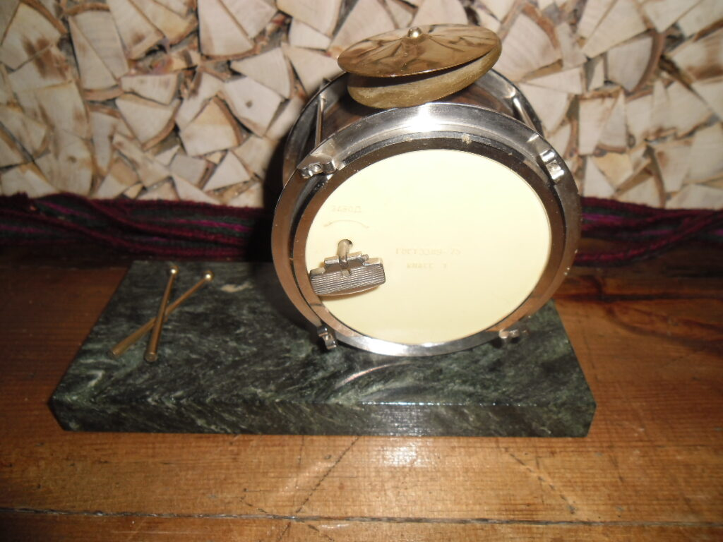 Modinātājpulkstenis. Bungu veidā uz marmora paliktņa. PSRS. 1970-tie gadi