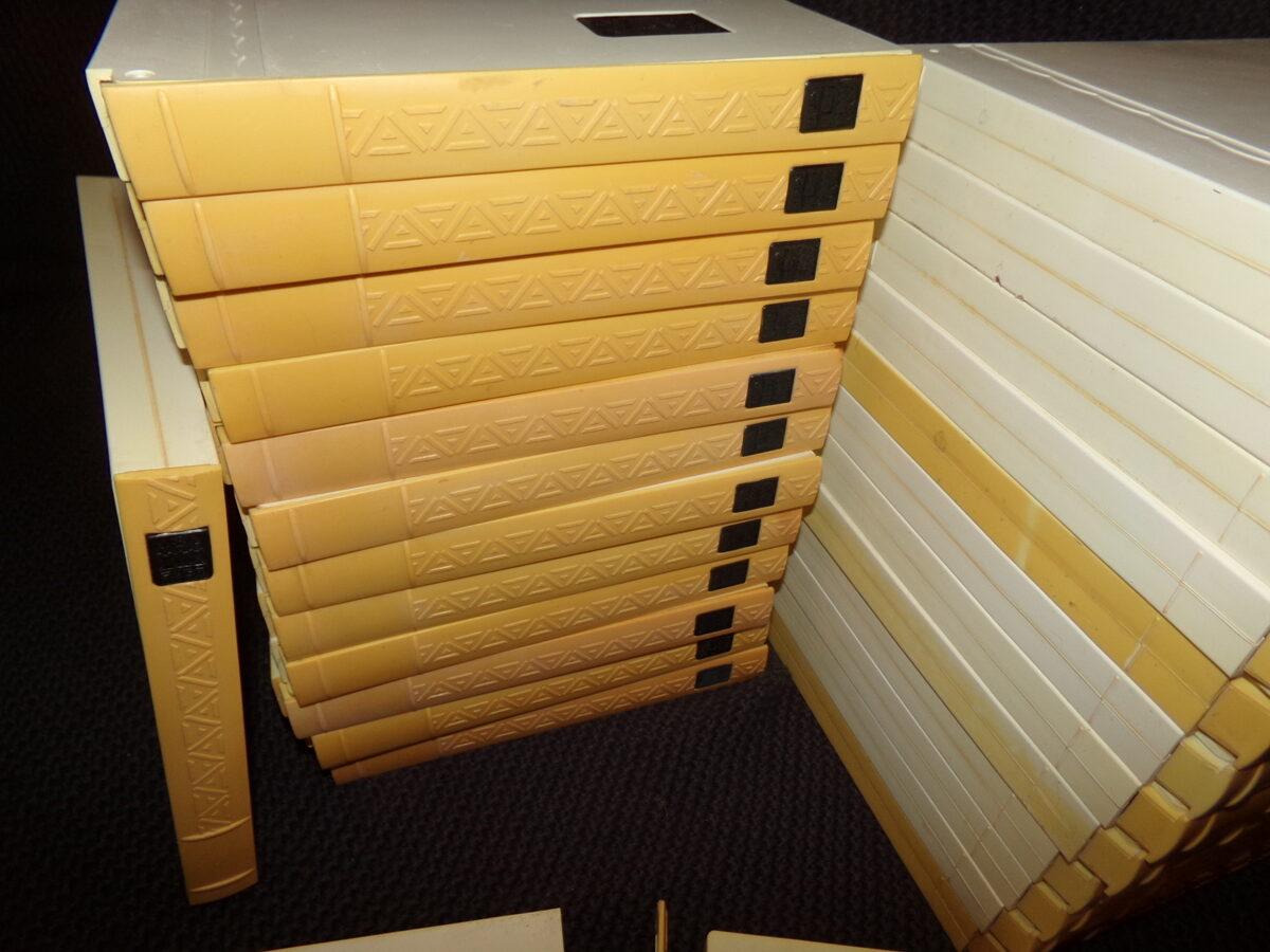 Dīdžeja fonotēka. 27 lentes ar ierakstiem kārbās.