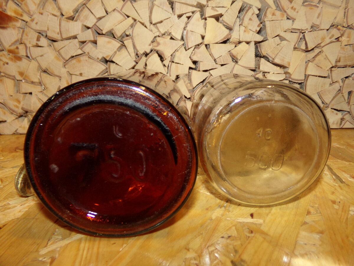 Две стеклянные бутылки с пробками. Объем 750 и 500 мл.