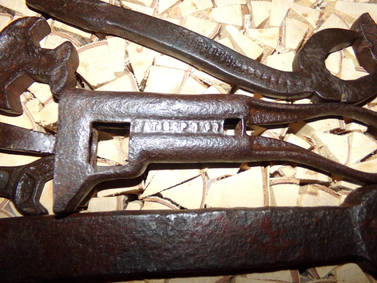 Старинные гаечные ключи.
