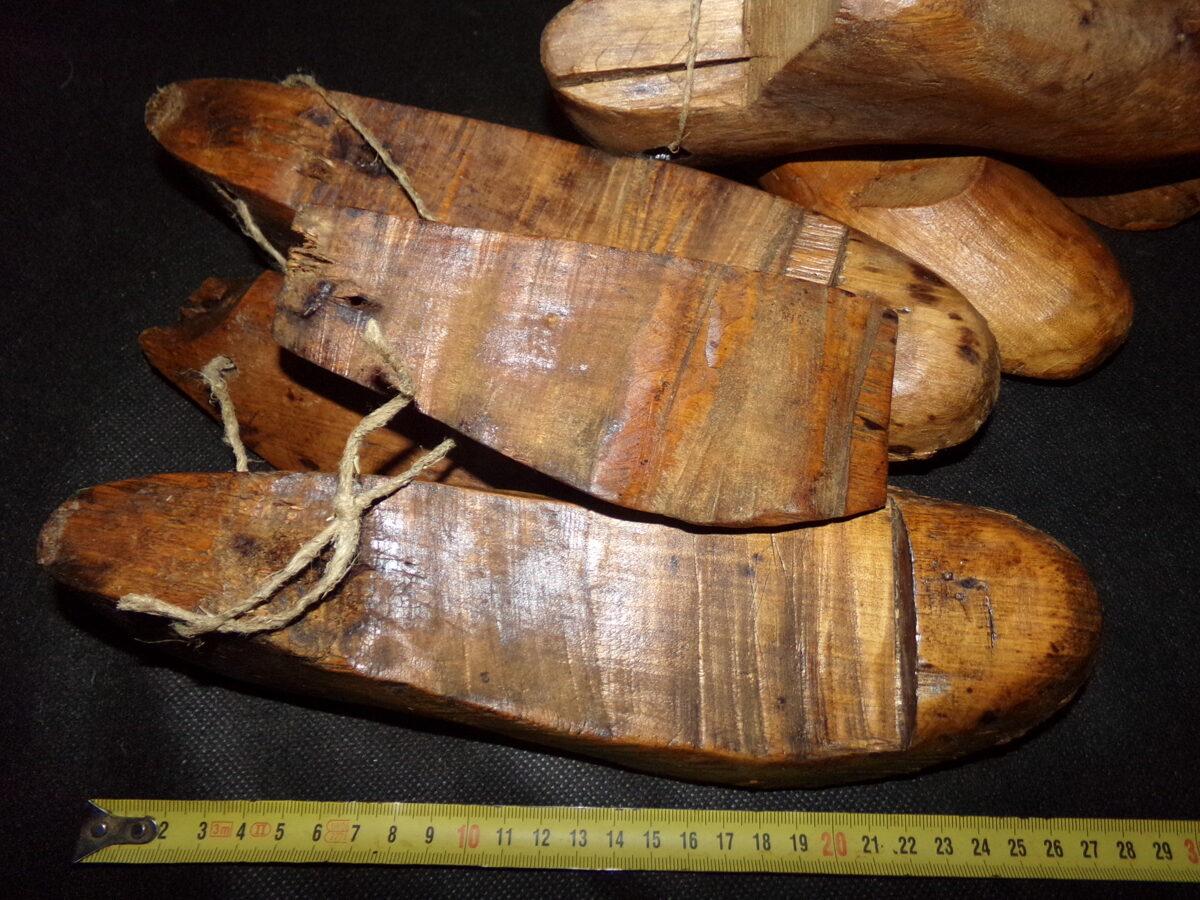 Деревянные обувные колодки сапожника.