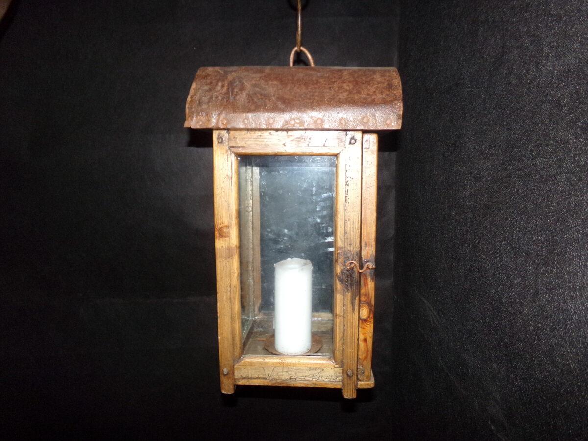Деревянный свечной фонарь на подвеске.