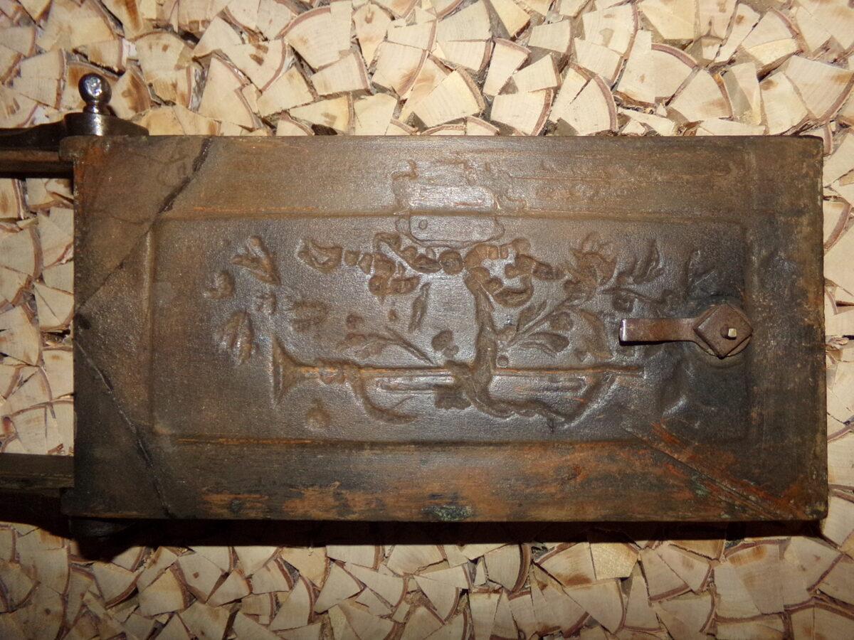 №15. Печная дверца с изображением трубы.