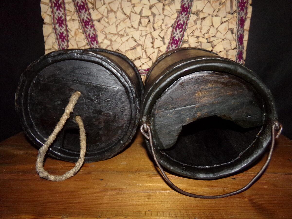 Деревянные ведра для хранения дегтя для смазки колес.