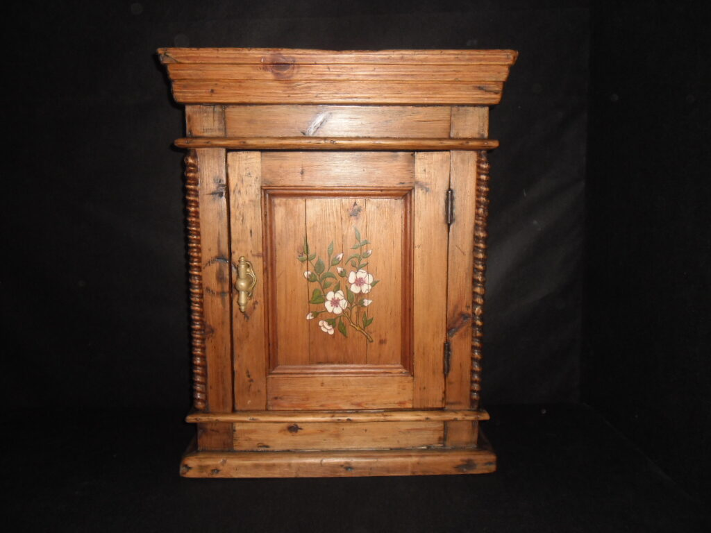 Настенный шкафчик с росписью.