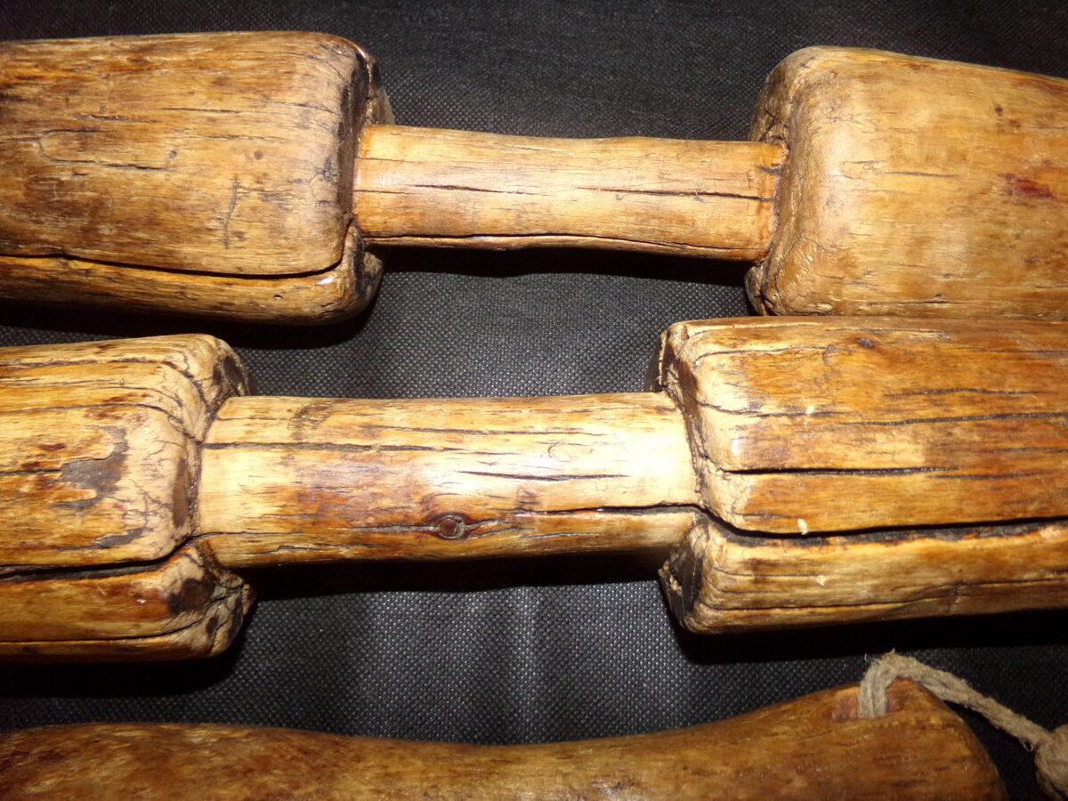 Четыре деревянных песта для ступ.