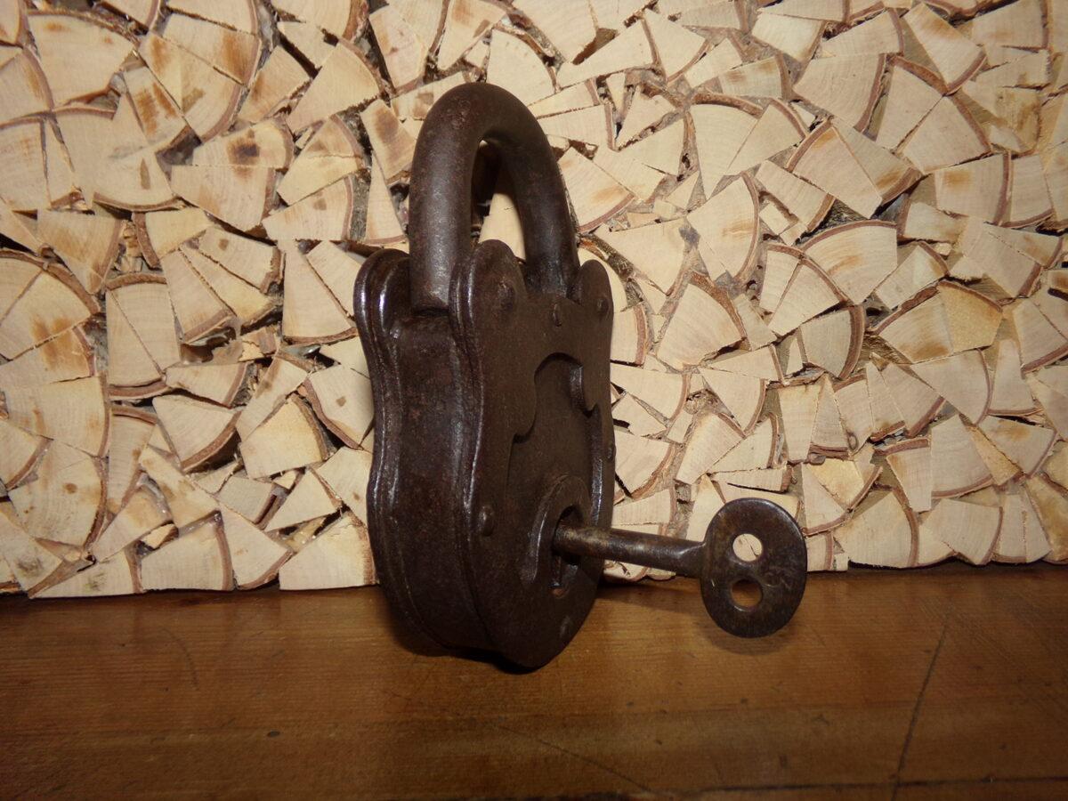 Навесной кованный замок с ключем.