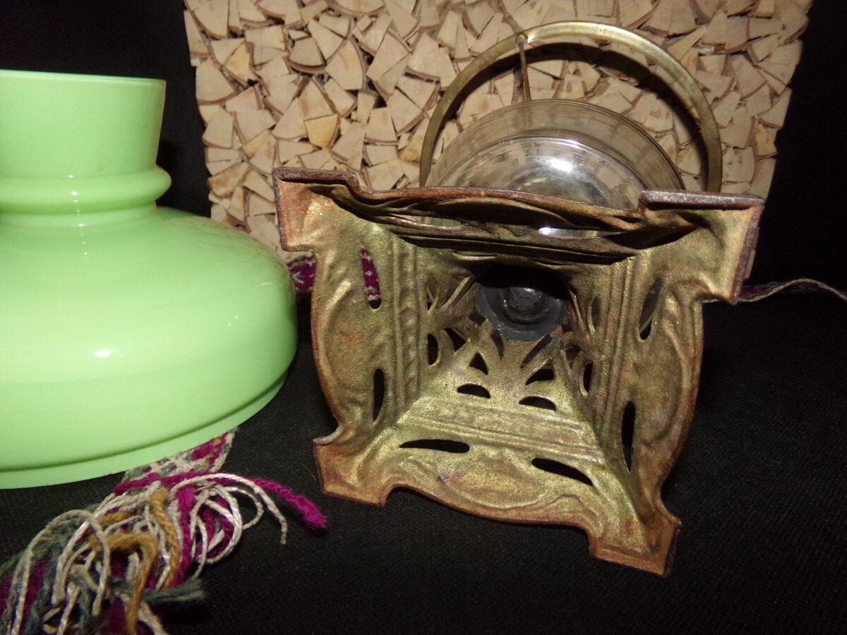 Керосиновая лампа с зеленым абажуром.