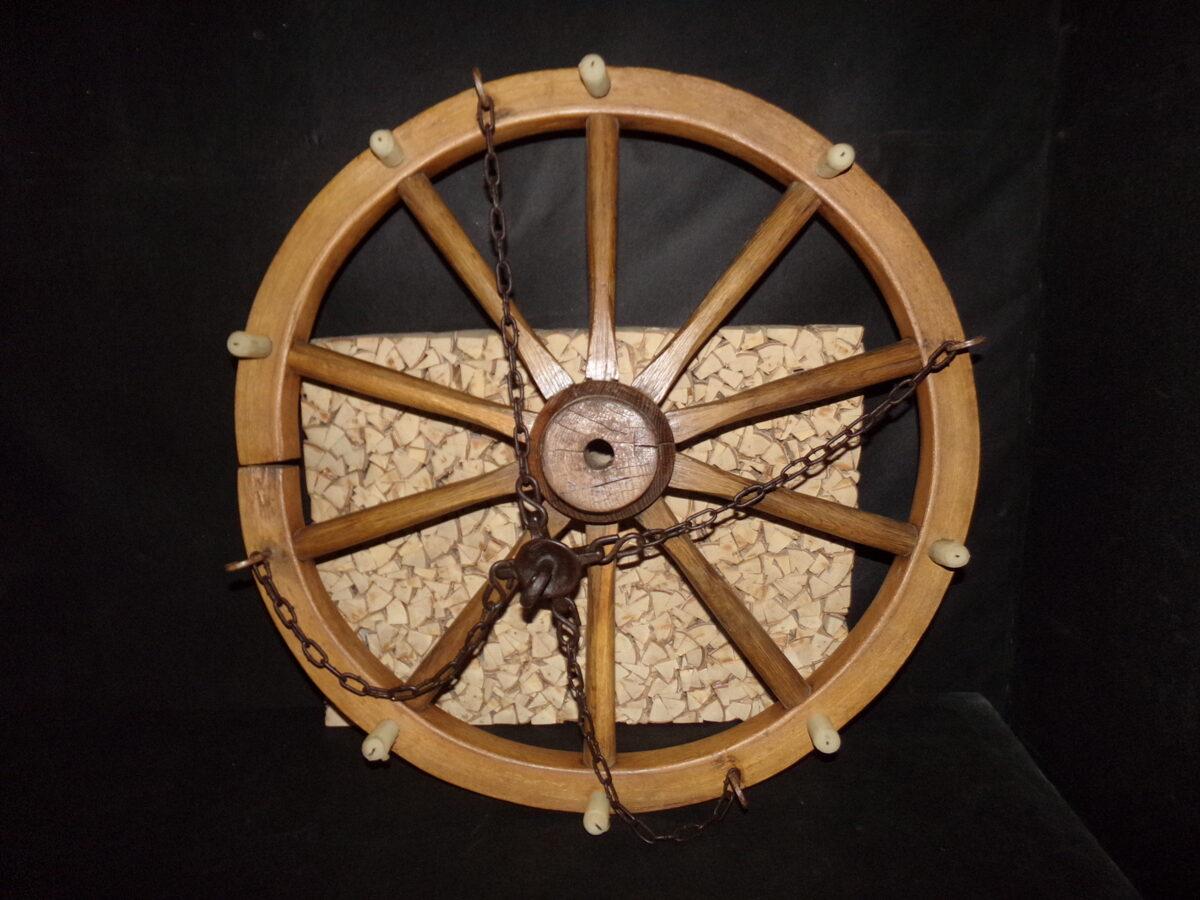 Дубовое колесо на цепи-трактирная люстра.
