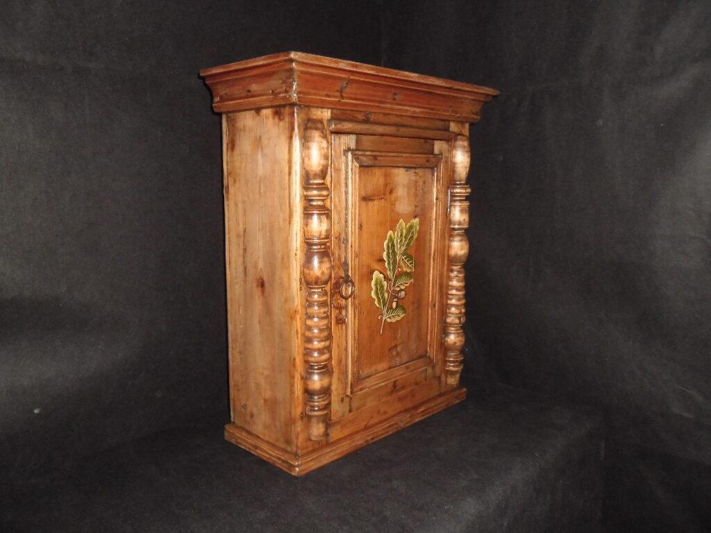 Расписной шкафчик с колоннами.