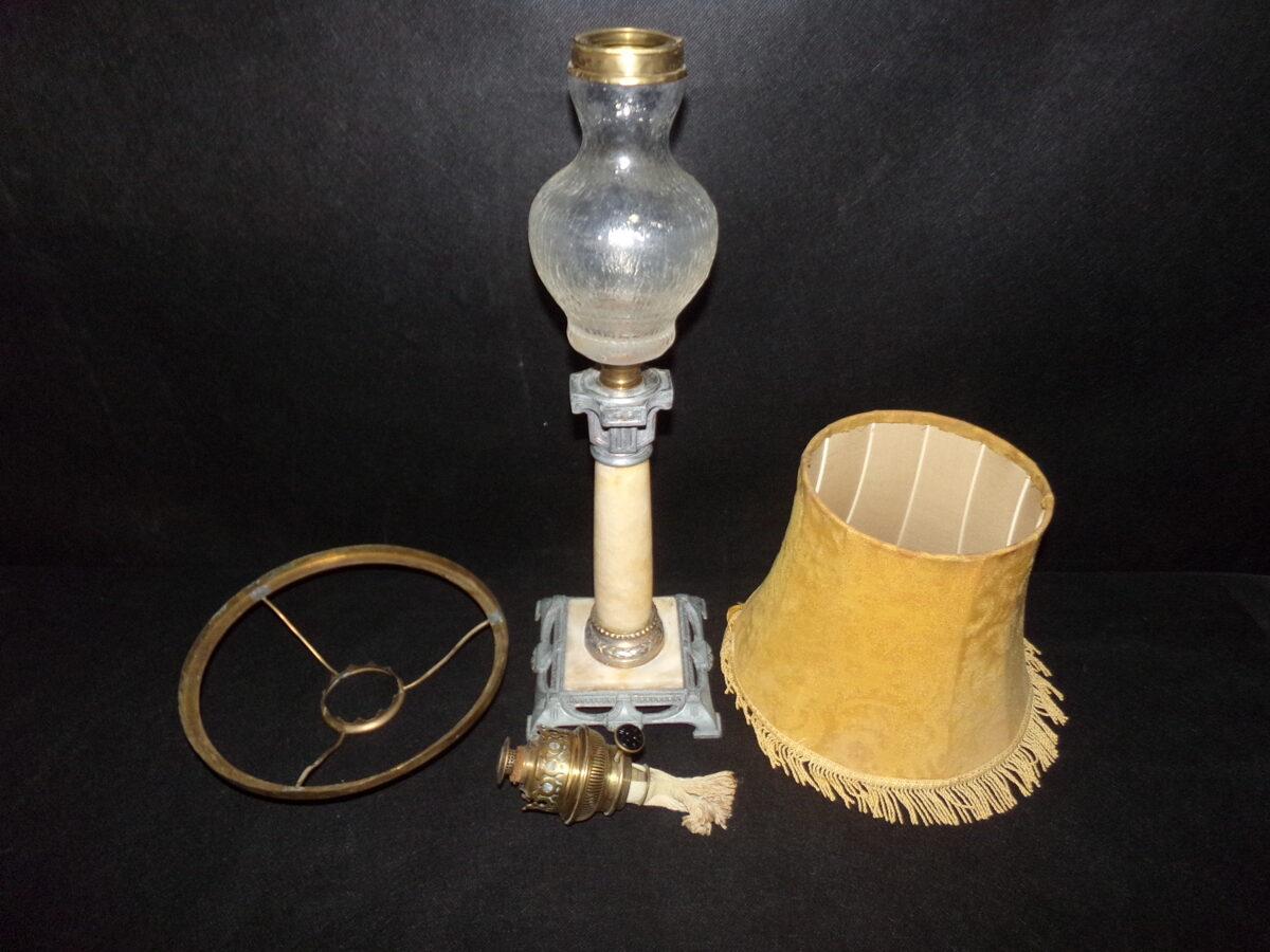 Petrolejas lampa ar abažūru.