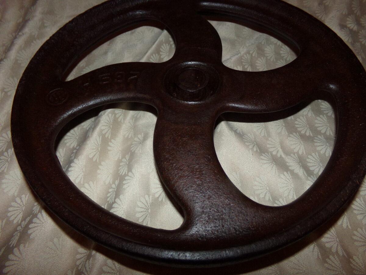 Толстое железное колесо.