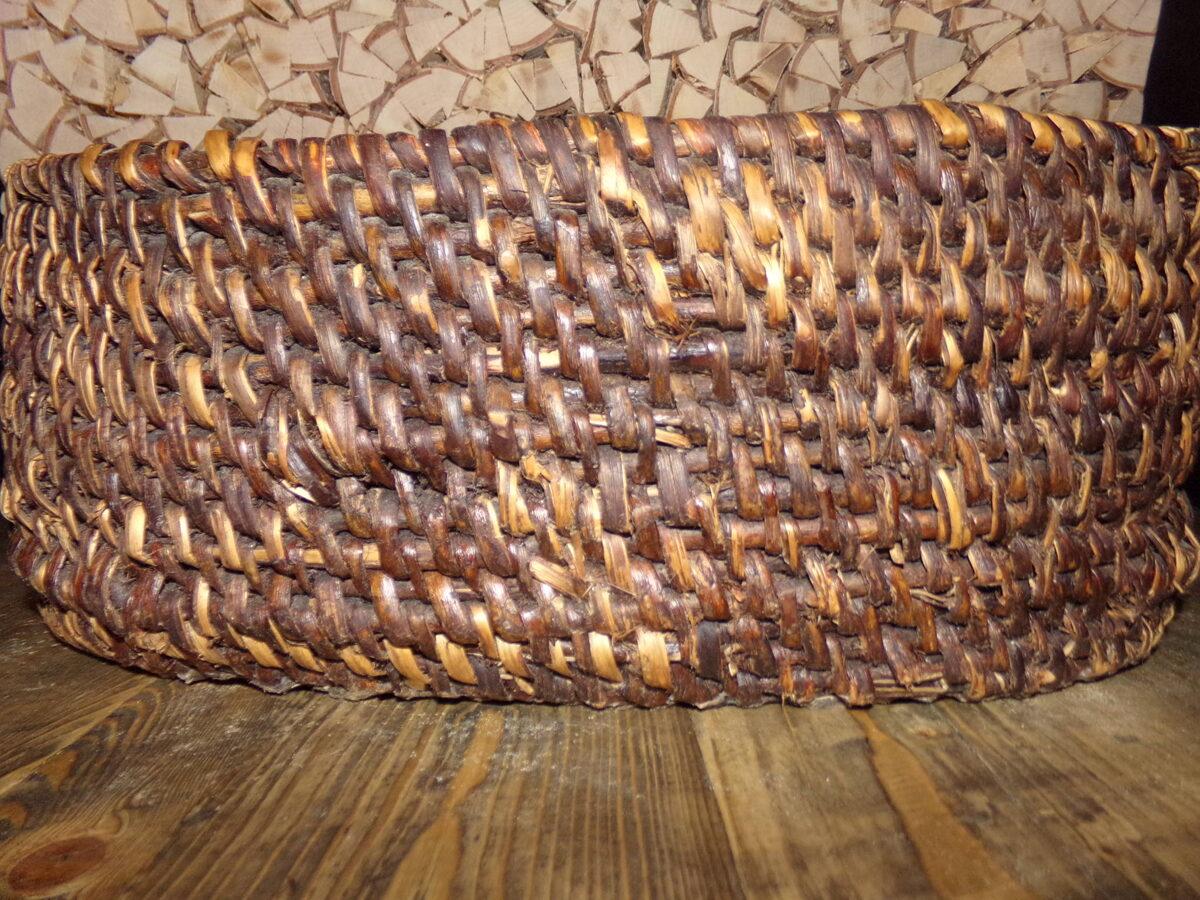 Ovāls grozs ar ādas dibenu.