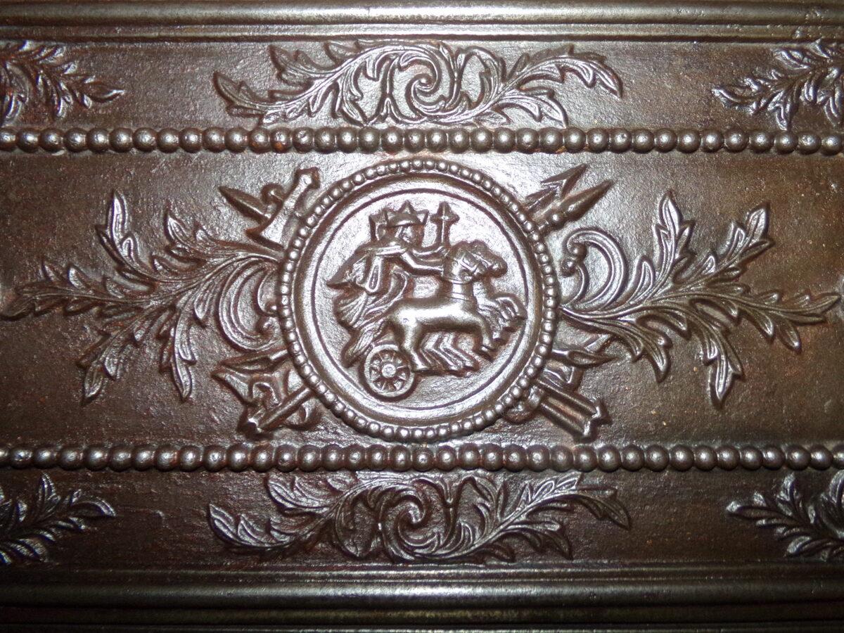 Nr 8. Krāsns durvis ar ratu attēlu. Veras uz kreiso pusi.