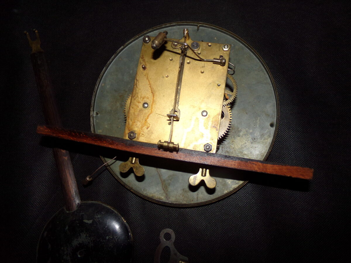"""Sienas pulkstenis """" Gustav Beker"""". 20. gs sākums."""