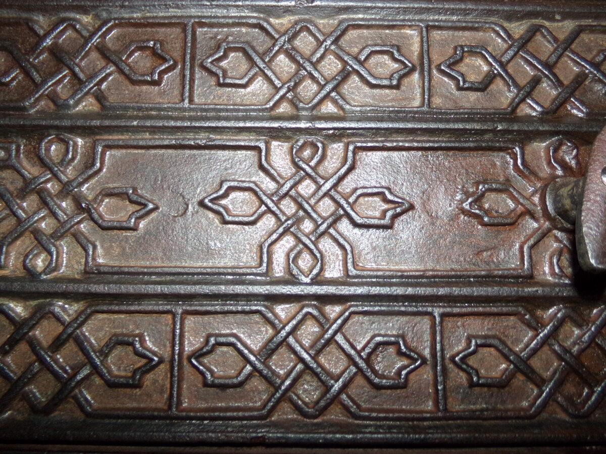 Nr 6. Krāsns durvis ar ornamentu.